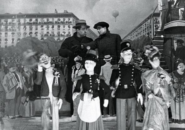 Jean Vigo nasceu em Paris, em 26 abril de 1905. Teve uma vida tumultuada desde a infância, teve exemplos de educação política de casa (seu pai era anarquista), dirigiu apenas quatro filmes -- todos de grande importância para se entender o cinema da época -- e viveu apenas 29 anos. Realizador de um cinema vanguardista, Vigo conseguiu um casamento entre a narratividade e a poesia, entre a ficção e o documentário, entre a classificação e a não-classificação em gêneros de seus filmes que até hoje nos impressiona.
