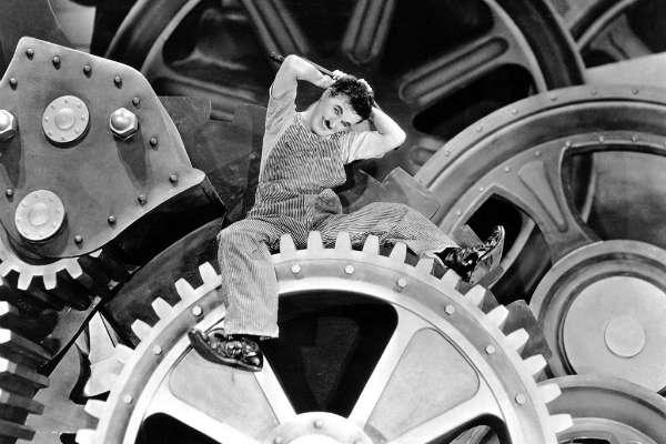 Charles Spencer Chaplin nasceu em Londres, Reino Unido, no ano de 1889. Vindo de uma pobre família de artistas (a mãe, atriz e cantora; o pai, ator), ele teve aulas de canto e sempre era levado pelos pais para ensaios e algumas apresentações no Music Hall. Com a separação dos pais, Chaplin e seu irmão mais velho, Sydney, ficaram aos cuidados da mãe, que já por volta de 1892 mostrava-se instável emocionalmente. Afastada dos palcos e internada em uma clínica, Hannah Chaplin passou um bom tempo longe dos filhos que, nesse momento, moraram brevemente com o pai e a amante e em seguida, em casas de trabalho em Londres, ingressando, por fim, na carreira artística, no Music Hall. Plano Crítico.