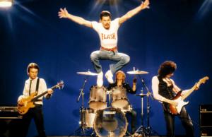 A formação original do Queen, com Brian May, Freddie Mercury, John DeaconeRoger Taylor, durou de 1970 a 1991, ano em que Mercury faleceu, vítima de HIV. Em 1995, foi lançado o último álbum da banda feito por esta formação, com gravações deixadas por Mercury--algumas delas realizadaspara outros álbunsmas nunca lançadas.Ao todo, o Queenproduziu 15 álbuns, sendo 14 com a participação efetiva de todos os membros da pré à pós-produção e um 'póstumo', com participação de Mercury apenas no vocal das canções gravadas por ele até mesesantes de sua morte. Plano Crítico.