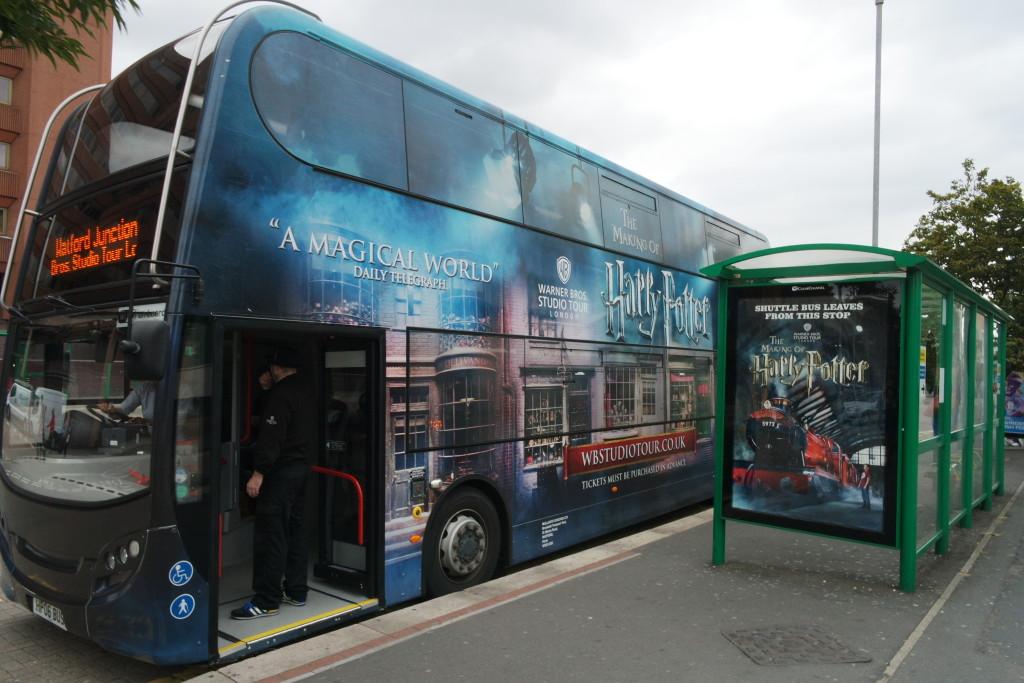 O ônibus que sai da estação e te leva até os estúdios. Personalizado para você entrar no clima!