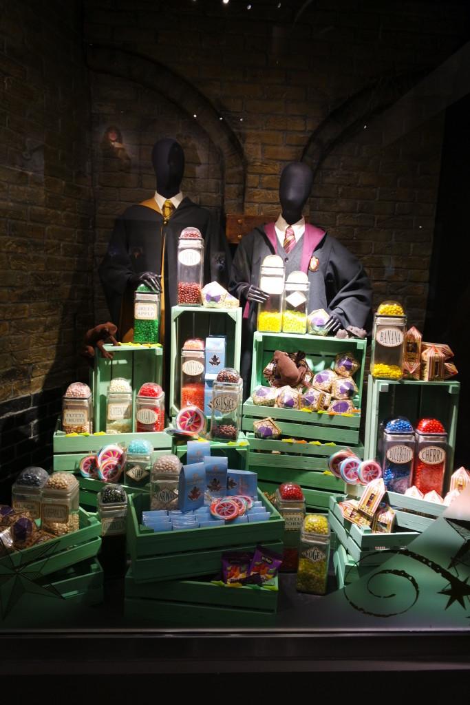 A vitrine colorida, e cara, da loja exclusiva com TODOS os produtos que você imaginar da série!