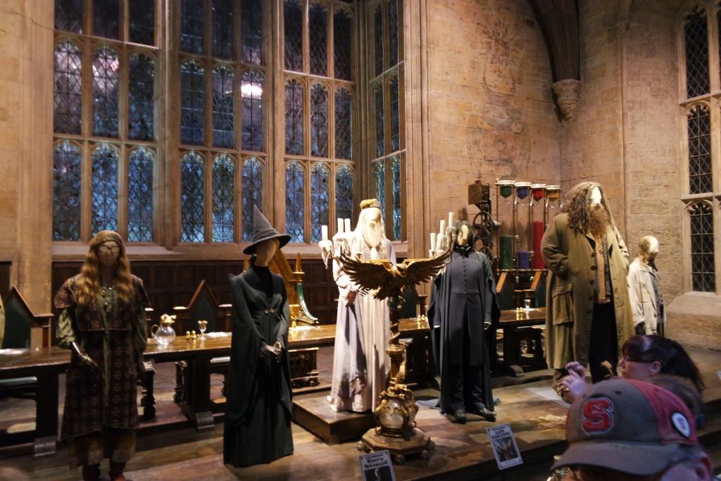 Figurinos originais de alguns dos professores de Hogwarts no Salão Principal de Hogwarts!