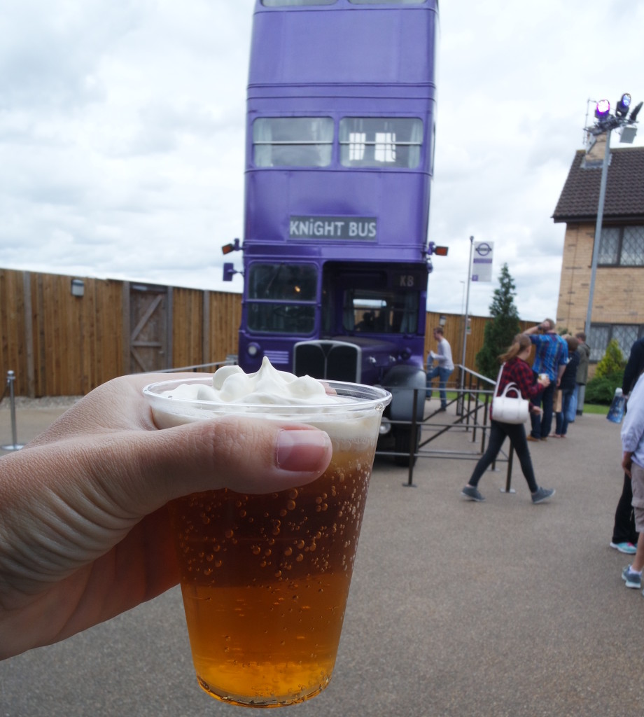 A deliciosa Cerveja Amanteigada e o Knight Bus ao fundo!