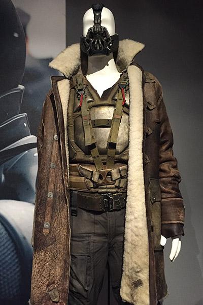 Uma olhada de perto no Bane de Tom Hardy e seu invejável casaco de pele de carneiro.