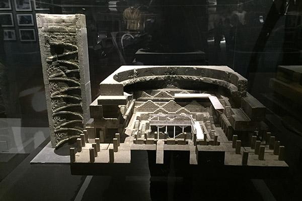 Uma detalhada maquete que nos explica a arquitetura da prisão de Bane.