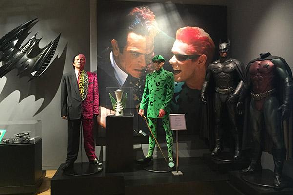 Os figurinos de Duas-Caras, Charada, Batman e o primeiro Robin.