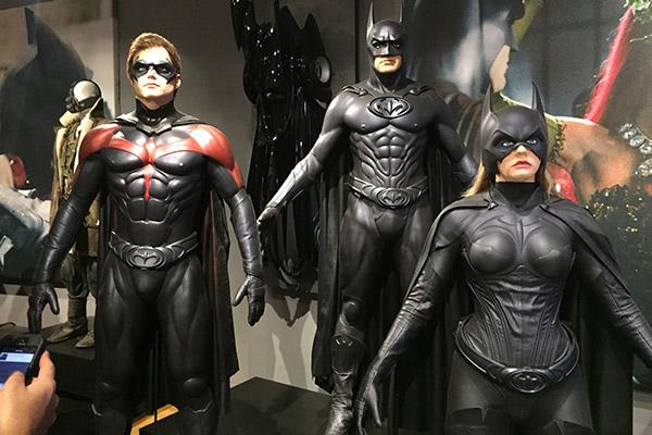 The good guys: Batman, Robin e Batgirl. Mamilos. Mamilos everywhere.