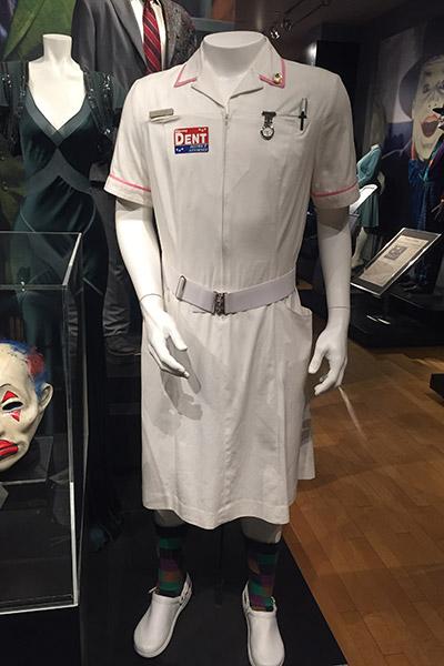 E a igualmente icônica roupa de enfermeira que o Palhaço do Crime usa para se camuflar.