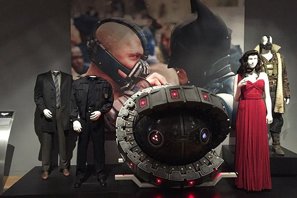 Figurinos de James Gordon, John Blake, Selina Kyle e Bane. E uma bomba atômica enorme.