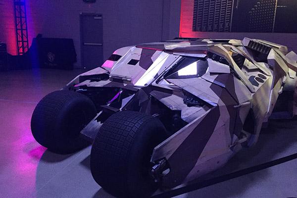 O protótipo do Tumbler em Batman Begins, também visto em O Cavaleiro das Trevas Ressurge.