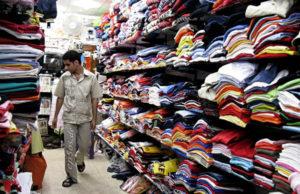 shopping-comprando-roupa-plano-critico
