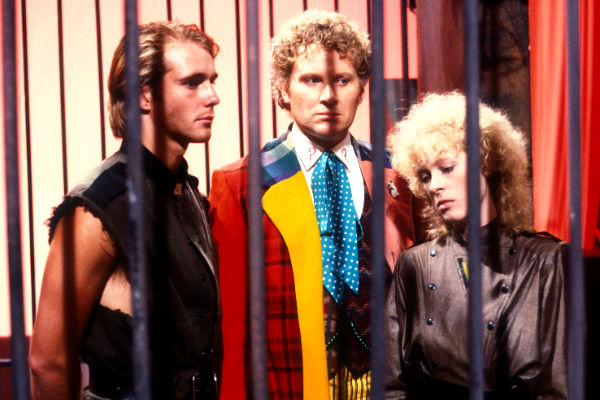 Vengeance-on-Varos-Jason-Connery-6th-Sixth-Colin-Baker-doctor-who-plano-critico