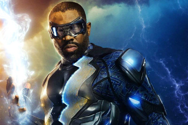 black-lightning-first-look-photo-plano critico raio negro plano critico serie episódios ranqueados