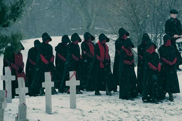 the-handmaids-tale-season-2-hulu-funeral plano critico serie critica plano critico