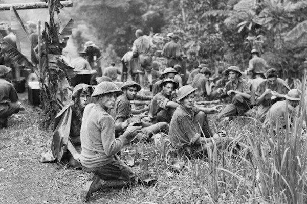 """O ensaio para a criação do Oscar de Melhor Documentário aconteceu em 1941, quando a academia concedeu dois prêmios honorários na categoria, um para Rey Scott, diretor de'Kukan': The Battle Cry of China (""""por sua extraordinária conquista na produção de Kukan, o registro cinematográfico da luta da China, incluindo sua fotografia com uma câmera de 16 mm nas condições mais difíceis e perigosas"""") e outro para o documentárioAlvo Para Esta Noite, deHarry Watt, """"por sua apresentação vívida e dramática do heroísmo da RAF"""".Na 15ª edição do Oscar (sim, aquela do longo discurso de Greer Garson), que ocorreu em 4 de março de 1943, tivemos a primeira premiação oficial para a categoria de documentário, com um empate entre quatro produções vitoriosas.Kokoda Front Line! estava entre elas. Plano Crítico."""